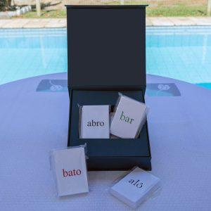 O material contém seis conjuntos de cartões e um pen drive.