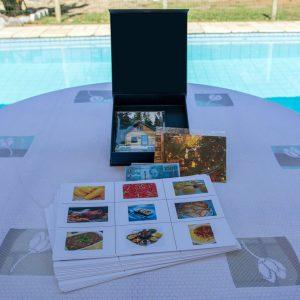 O material é composto por CD e pen drive com as instruções. Além disso contém 39 folhas com imagens de diversas categorias, 40 fotos para os exercícios e notas representativas de moeda corrente.