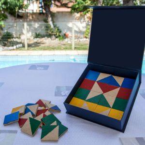 O material é composto por 75 modelos coloridos e pen drive e uma caixa com 64 peças, todas utilizadas na cópia dos modelos.